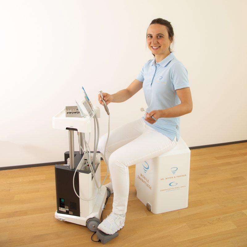 mobile-Zahnheilkunde-sitzend-praxis-dr-wytek-und-partner